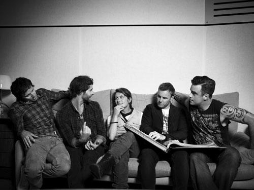 """Bei seiner Soloplatte konnte Mark Owen (Mitte) freier arbeiten: """"Bei Take That ist alles penibel organisiert, und das muss es natürlich auch sein"""", sagt der Musiker."""