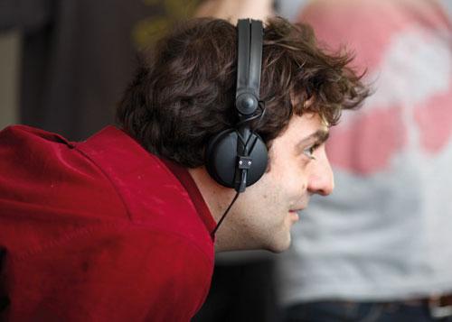 Drehbuchautor und Regisseur Marcus Markou bei der Arbeit an seinem Spielfilmdebüt.