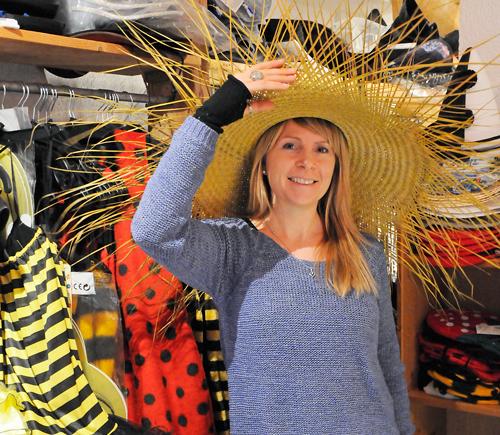 Kathrin Spiegelhalter verkauft Kostüme  im Karnevalsshop.