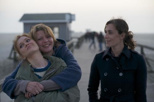 Sind an der Ostsee für kurze Zeit wieder glücklich vereint wie in ihren Kindertagen: Die drei Schwestern Clara (Lisa Hagmeister, links), Linda (Jördis Triebel) und Katharina (Nina Kunzendorf, rechts).