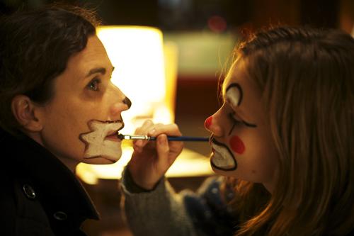 Die eher emotionslose Katharina (Nina Kunzendorf, links) und die gefühlvolle Clara (Lisa Hagmeister) nähern sich auf dem Wochenendtrip wieder einander an.