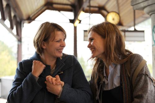 Die Lebensfreude bricht sich zwischen der schwerkranken Linda (Jördis Triebel) und ihrer orientierungslosen, zerbrechlichen Schwester Clara (Lisa Hagmeister, rechts) immer wieder ihre Bahn.