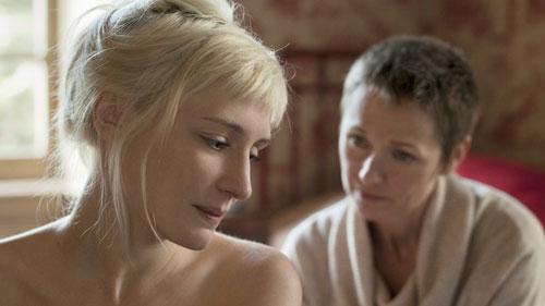 Mit Beginn der Schwangerschaft kommt es zwischen Melody (Lucie Debay, links) und Auftraggeberin Emily (Rachael Blake) zu Konflikten.