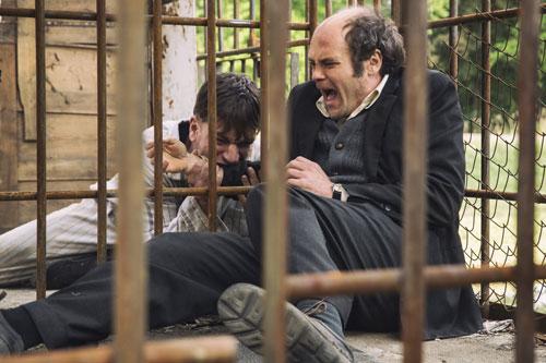 Wer nicht spurt, muss in den Käfig. Gregor (Nikolaj Lie Kaas, links) kommt dabei Gabriel (David Dencik) unangenehm näher.