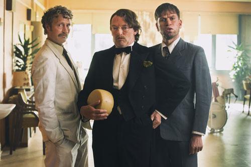 Von links: Elias (Mads Mikkelsen), Franz (Søren Malling) und Gregor (Nikolaj Lie Kaas) haben sich chic gemacht, um bei den Frauen im Altenheim zu landen.