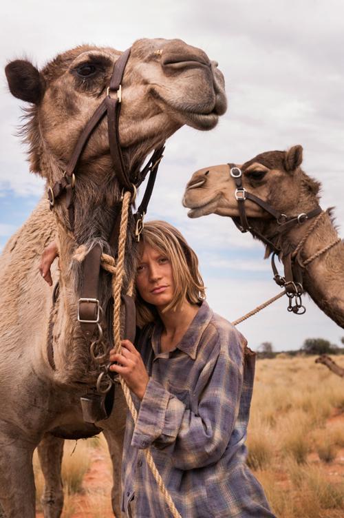 """Mia Wasikowska drehte für """"Spuren"""" mit Kamelen - und verstand sich bestens mit den Wüstenbewohnern."""