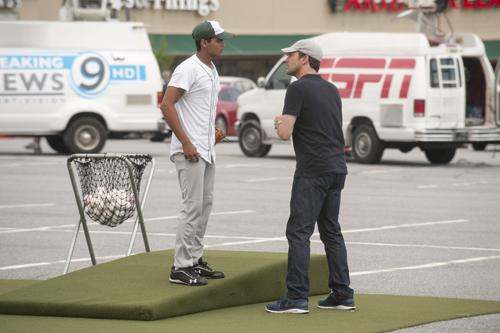 Bernstein (Jon Hamm) hofft, aus Kricket-Spieler Dinesh (Madhur Mittal, links) einen Baseballstar machen zu können.