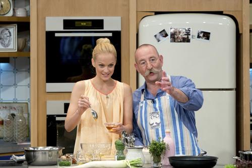 """""""Es passieren unheimlich viele Dinge, die vorher nicht geplant sind"""": Mirjam Weichselbraun (mit Horst Lichter) macht gerne bei der großen Grillshow im ZDF mit."""