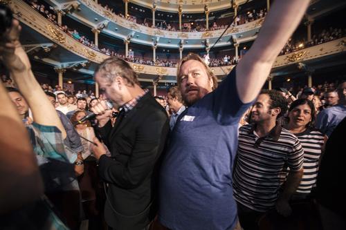 An dieser Stelle arbeitet Tom (rechts) mal für seinen Bruder Matt. So wie es angedacht war, als man sich entschied, ihn als Tourbegleiter mitzunehmen.
