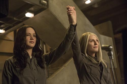 Präsidentin Coin (Julianne Moore, rechts) freut sich, mit Katniss (Jennifer Lawrence) eine populäre Unterstützerin an ihrer Seite zu haben.