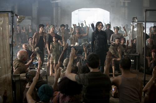 Die unterdrückte Bevölkerung Panems folgt Katniss (Jennifer Lawrence, Mitte) bis in den Tod.