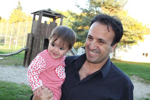 Mohammad-Diab-und-seine-Nichte-auf-dem-Spielplatz-vor-dem-Wohnheim-(Foto---Steve-Przybilla)
