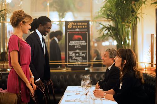 Nicht ohne Bedenken stellt Laure (Elodie Fontan) ihren Bräutigam Charles (Noom Diawara) ihrer Mutter (Chantal Lauby, rechts) vor.