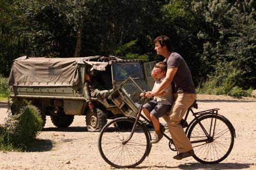 Der kleine Danilo (Milos Mesarovic) hat sich verlaufen und ist auf der albanischen Seite des Flusses gelandet. Ramiz (Misel Maticevic) bringt ihn zurück zur Brücke.