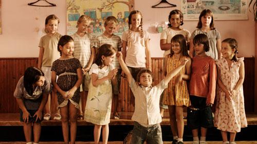 Diese Szene ist so unglaublich lustig, dass man in einem Kriegsfilm vermutlich laut auflachen wird. Verantwortlich ist der kleine Danilo (Milos Mesorovic) mit seinem Auftritt im Chor.