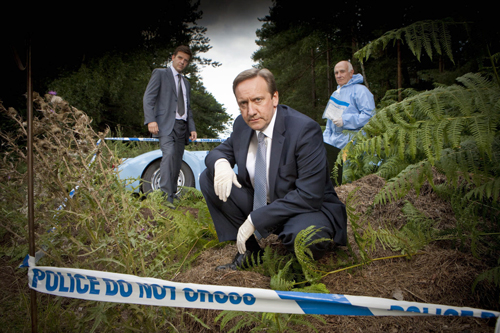 Gestatten, Inspector Barnaby. John Barnaby (Neil Dudgeon, Mitte) ermittelt in seinem ersten Fall (Szene mit Jason Hughes, links, und Barry Jackson).