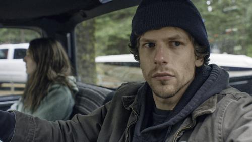 Der soziophobe Josh (Jesse Eisenberg) fühlt sich von Dena (Dakota Fanning) angezogen, ohne jemals in der Lage zu sein, das zur Sprache zu bringen.