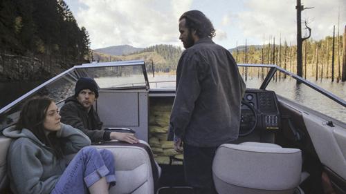 """Dena (Dakota Fanning), Josh (Jesse Eisenberg, Mitte) und Harmon (Peter Sarsgaard) auf dem Weg zum Staudamm: Ihr Motorboot """"Night Moves"""" ist mit Sprengstoff gefüllt."""
