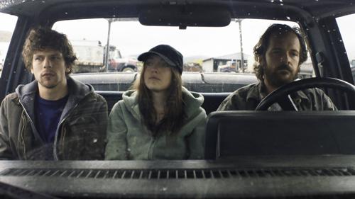 Josh (Jesse Eisenberg, links), Dena (Dakota Fanning) und Harmon (Peter Saarsgard) halten eine vielsagende Lagebesprechung ab, bevor Dena versucht, große Mengen Ammoniumnitrat zu erwerben.
