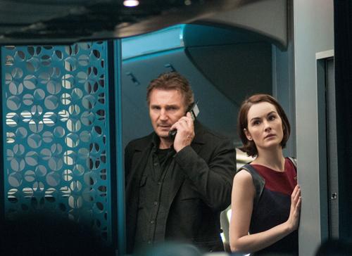 Marks (Liam Neeson) und Stewardess Nancy (Michelle Dockery) versuchen die Passagiere zu beruhigen.