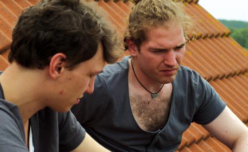 Das Brüderpaar Volker (Daniel Michel) und Marten (Martin Schleiß, rechts) hat wenig gemeinsam - außer einer gewalttätigen Kindheit.