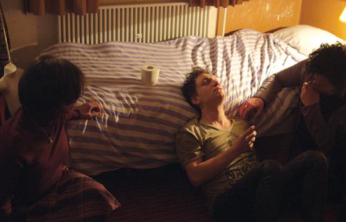 Volker (Daniel Michel, Mitte) wird von seiner Mutter (Anna Thalbach) und Bruder Marten (Martin Schleiß) versorgt, nachdem ihn der Vater geprügelt hat.