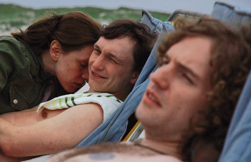 Enna (Luise Berndt) und Volker (Daniel Michel, Mitte) kommen nicht voneinander los - aber kommen sie auch wieder zusammen? Nicht nur Marten (Martin Schleiß) ist skeptisch.
