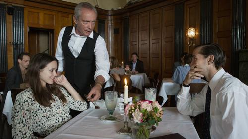 Die Liebe lässt Joe (Stacy Martin) und Jerôme (Shia LaBeouf, rechts) übermütig werden. Der Kellner (Udo Kier) nimmt's gelassen.