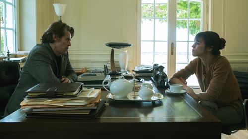 L (Willem Dafoe) nutzt Joes (Charlotte Gainsbourg) Talente für seine eigenen Zwecke.