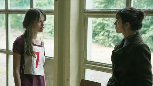 Joe (Charlotte Gainsbourg, rechts) erzieht sich die junge P (Mia Goth) zur Nachfolgerin.