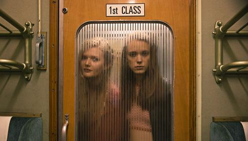 Joe (Stacy Martin, rechts) und B (Sophie Kennedy Clark) suchen im Zug nach willigen Partnern.