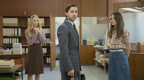 Jerôme (Shia LaBeouf) wird von Sekretärin LIz (Felicity Gilbert, links) und Aushilfe Joe (Stacy Martin) gleichermaßen angehimmelt.