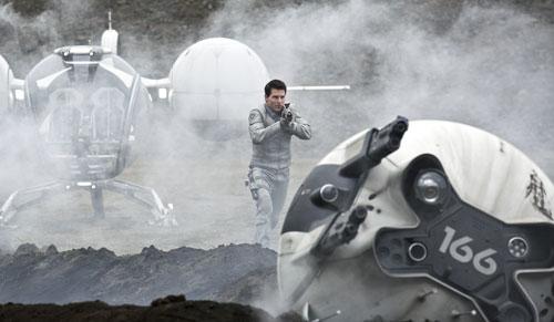 Techniker Jack Harper (Tom Cruise) ist als einer der Wenigen auf der zerstörten Erde zurückgeblieben, um überlebenswichtige Rohstoff-Drohnen zu reparieren.