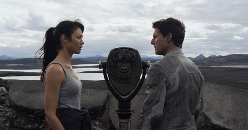 Bei einem seiner Erkundungsflüge rettet Jack Harper (Tom Cruise) eine mysteriöse Frau (Olga Kurylenko). Doch wer ist sie, und was macht sie alleine auf der Erde?