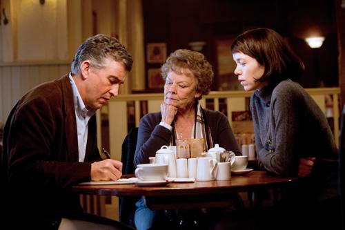 Jane (Anna Maxwell Martin, rechts) bittet Martin Sixsmith (Steven Coogan), ihrer Mutter Philomena (Judy Dench) bei der Suche zu helfen.