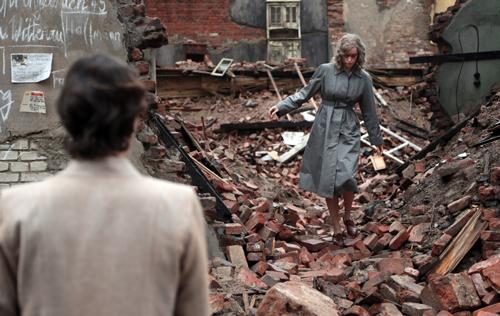 Nelly (Nina Hoss, hinten) hat das Konzentrationslager schwer verletzt überlebt und gelangt mit Hilfe der Jewish-Agency-Mitarbeiterin Lene (Nina Kunzendorf) zurück ins zerstörte Berlin.