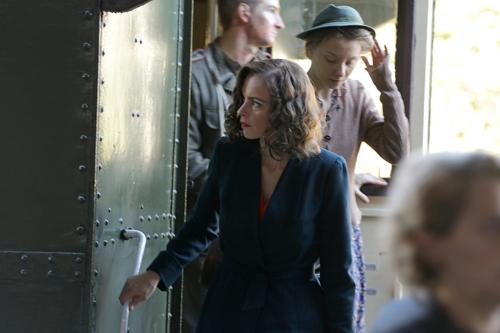 Ein zweites Mal soll Nelly (Nina Hoss) mit dem Zug aus Auschwitz ankommen - dieses Mal aber für die Freunde und Bekannten inszeniert.