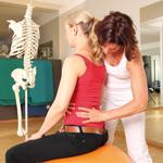 Da immer mehr Leute lange sitzen, nehmen Rückenbeschwerden zu. Physiotherapeuten sind deswegen gefragt.