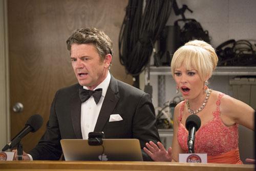Die Kommentatoren John (John Michael Higgins) und Gail (Elizabeth Banks) nehmen wie gewohnt kein Blatt vor den Mund.