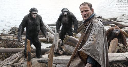 Malcolm (Jason Clarke) wagt sich ins Territorium der Affen und wird argwöhnisch beäugt.