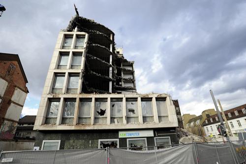 Angeknabberte Altbauten: Am Siegesdenkmal wird Platz für ein neues Motel One geschaffen.
