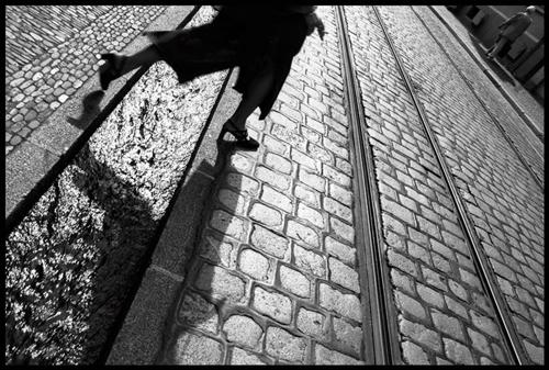 Schnappschüsse:  Nein, das ist keine Szene aus einem Kriegsland, sondern aus der Flüchtlingsunterkunft St. Christoph an der Freiburger Messe. Die ersten Bilder des Freiburg-Projekts setzen das Martinstor, die Fischerau, eine Bächle-Überquerung im Gegenlicht und den Aufbau des Zirkuszelts in Szene (r. von oben). Das Bild von Polkowski mit der Hasselblad haben indes Touristen auf der Brooklyn Bridge in New York City geschossen.