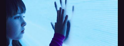 Zeig her deine Hände, HD-TV: Madison (Kennedi Clements) kommuniziert mit den Toten im Fernseher.