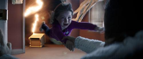 Nur fliegen ist schöner: Madison (Kennedi Clements) wird von den Geistern der Toten in eine andere Dimension gezogen.