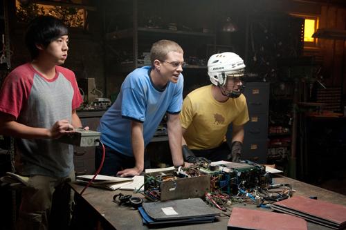 Adam (Allen Evangelista, links), David (Jonny Weston) und Quinn (Sam Lerner) probieren zum ersten Mal die Zeitmaschine aus.