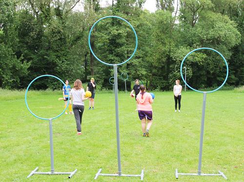 … die Neulinge auf PVC-Stangen: Juliane Schillinger und ihr Quidditchteam beim Training im Dietenbachpark.