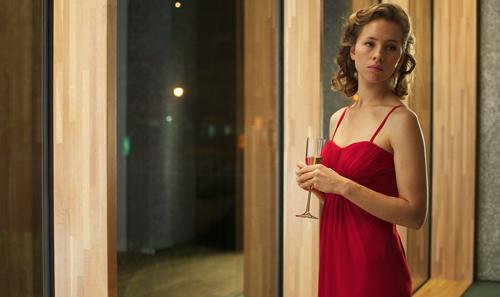 Halt gibt das Champagner-Glas: Amalia (Isild Le Besco) spielt die ahnungslose Schwester.