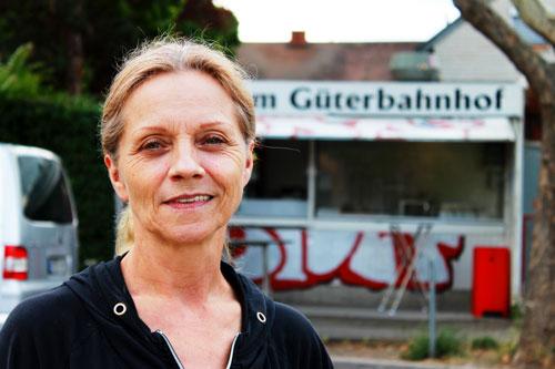 "Roswitha Thoma vorm ehemaligen ""Imbiss am Güterbahnhof"""