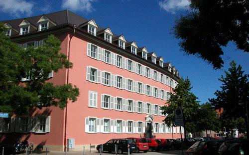 Auch die roten Häuser am Tennenbacher Platz zählen zum Vermögen der Stadtbau.