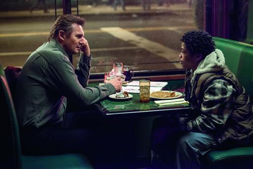 Zunächst spendiert Scudder (Liam Neeson, links) dem Jungen TJ (Brian Bradley) nur ein Essen. Doch TJ hat auch Qualitäten als Detektiv.